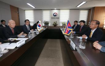 Chairman Lee Hyo-seong meets with Cambodia Minister of Posts and Telecommunications